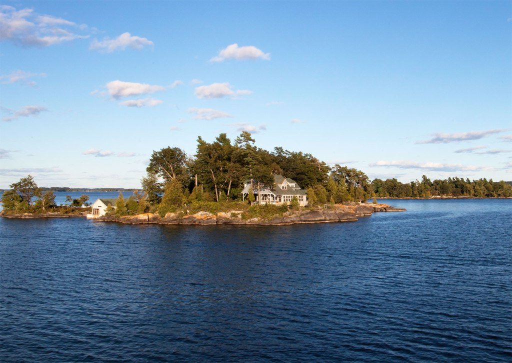 Fly over 1000 Islands National Park on a 360° helicopter tour