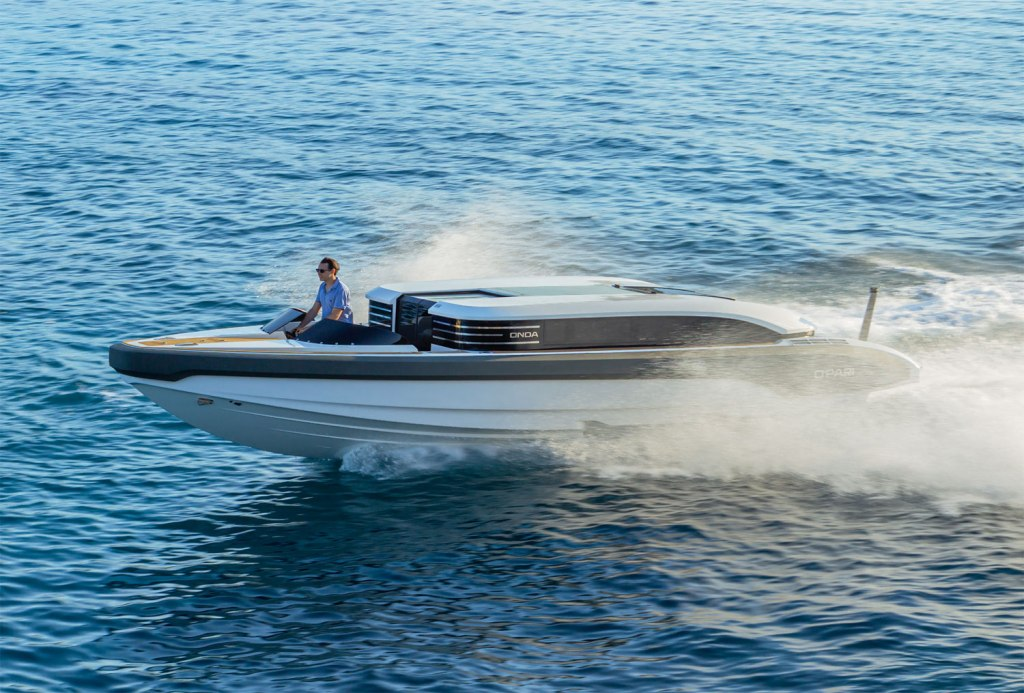 Onda 321L Custom Limo Tender has a top speed of 42 knots