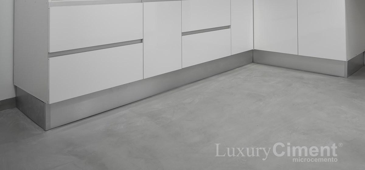 pavimento continuo en cocina con microcemento