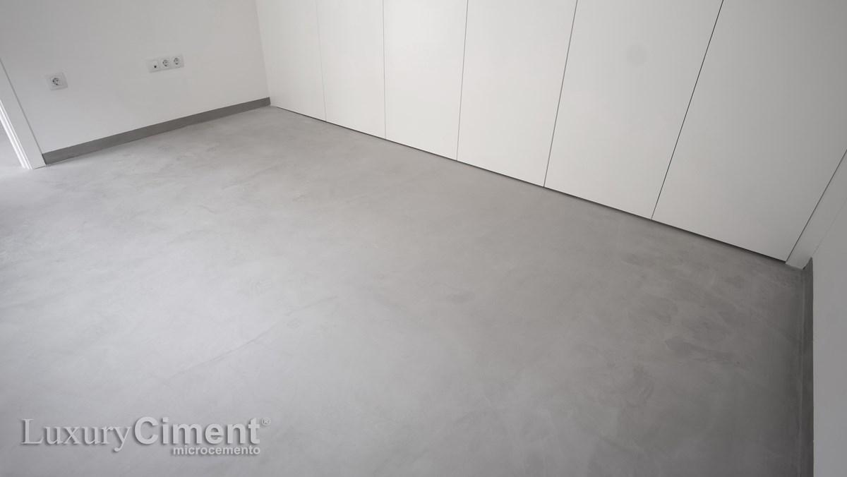 revestimiento con microcemento en suelo de una habitacion