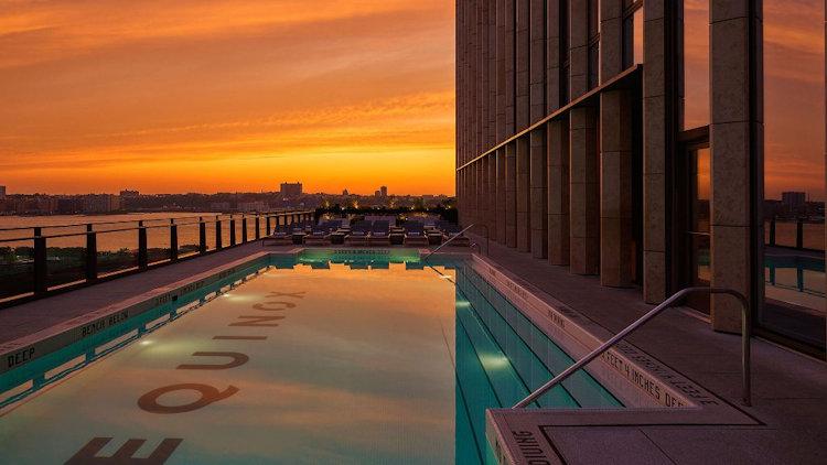 Закат у бассейна отеля Equinox