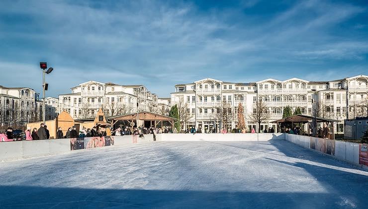 Eislaufen vor Bäderarchitektur