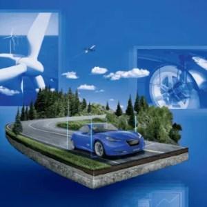Imagem com fundo azul e composta por, da esquerda para a direita, modelo de hélice de energia eólica na cor branca, logo no centro há modelo de avião voando entre as nuvens e abaixo carro criado a partir do software Catia V5, ao lado direito, componentes de carro criados no software Catia V5.