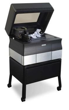 Modelo de impressora inovadora da Stratsys. Impressora desktop com base preta e detalhes em cinza e prata com dragão impresso em 3D.