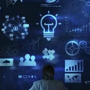 Homem de negócios olhando para cima com diversos planos para crescimento de negócio. Imagem com fundo azul escuro e detalhes em azul claro.