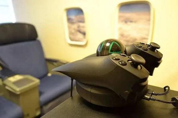 Equipamento de tratamento de fobia de avião. Composto por óculos de realidade e dois joysticks.