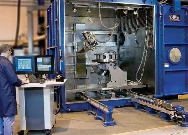 Profissional da indústria automobilística utilizando impressora 3D industrial.