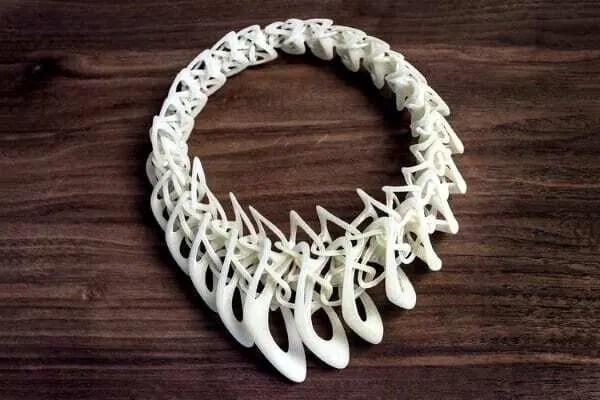 Colar impresso em 3D na cor branca. Continue lendo nosso post!!