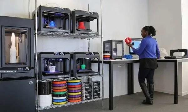 Menina utilizado laboratório de impressão 3D disponibilizado pela Makerbot.