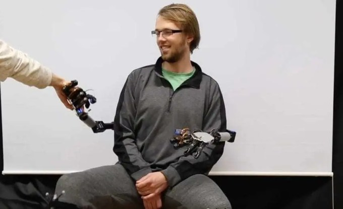 Braços robóticos que podem ser controlados pelos pés 1