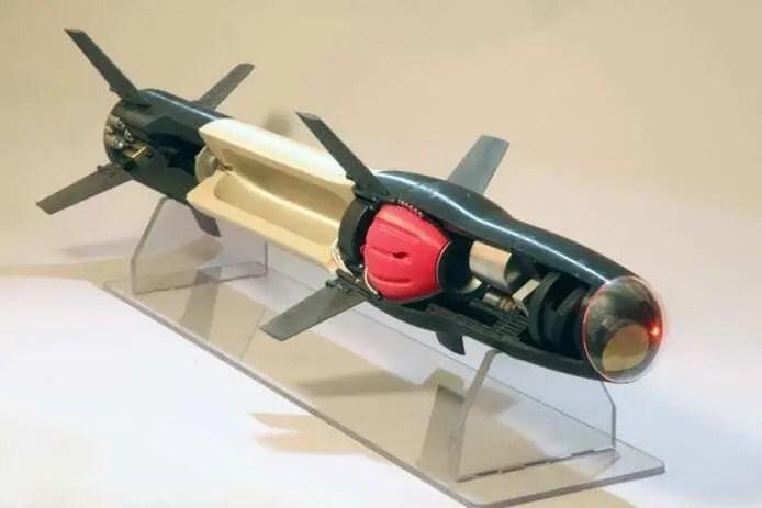 Míssil impresso em 3D nas cores preta e dourada. Vazado, mostrando o motor da parte de dentro. Continue lendo nosso post.