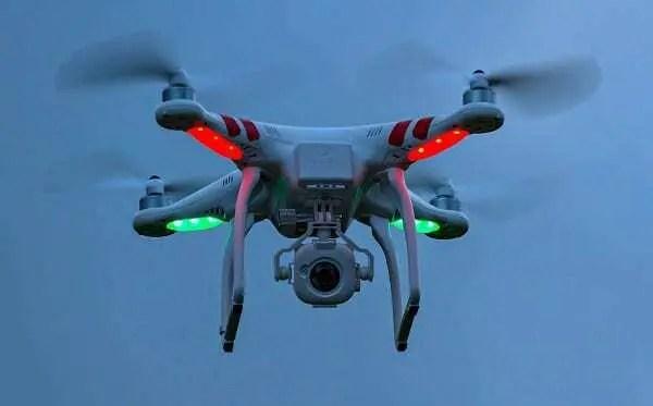 Utilização de Drones no cotidiano das pessoas. Modelo voando com luzes vermelha e verde claro.