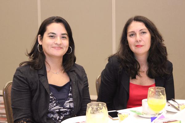 Carolina Gutiérrez, secretaria académica, y Ester Valenzuela. directora de carrera, ambas de la Facultad de Derecho de la Universidad Diego Portales.