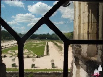Vue sur les jardins à travers la fenêtre de la galerie