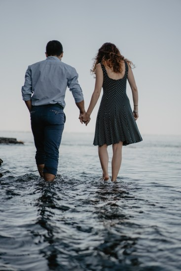Prise de vue des futurs mariés proche de l'océan. Shot of the bride and the groom next to the ocean.