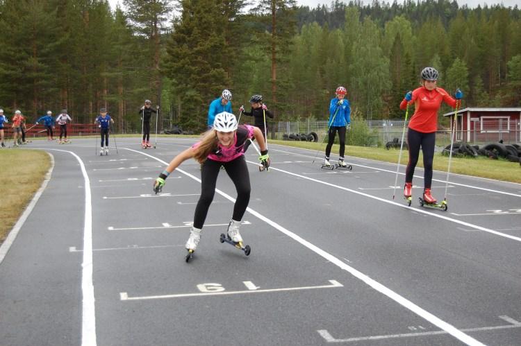 Elina Nilsson  bekräftar med ett bildbevis att det bara var  glada miner idag!