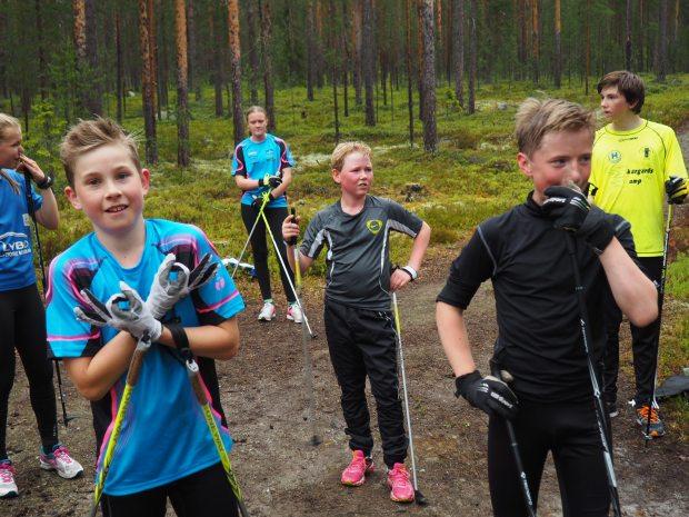 Oskar, Viktor och Emil tar igen sig efter intervallerna.