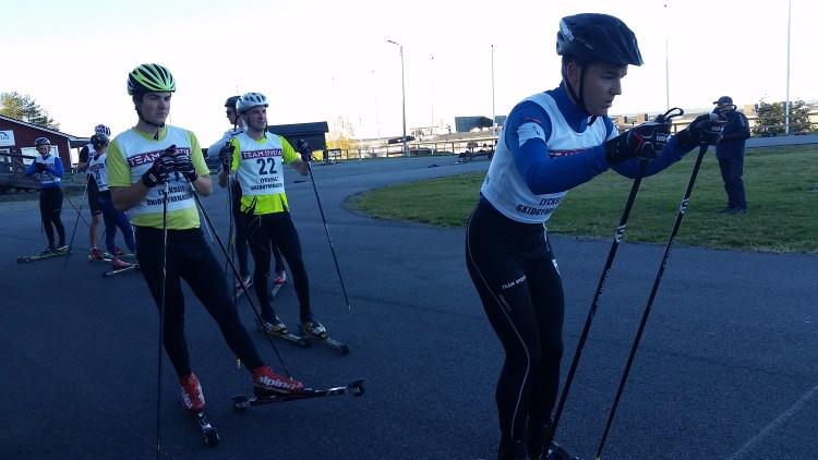 Killarna är uppradade inför starten på staktävlingen. En fokuserad Simon på startlinjen.