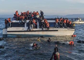 HOPPER AV: Syriske og irakiske flyktninger hopper av en båt fra Hellas utenfor den greske øya Lesvos i oktober 2015. FOTO: Ggia CC BY-SA 4.0.