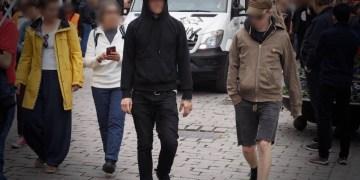 Kvinnen greide å ta et foto av de to ransmennene. Den ene iført sorte klær (t.v.), den andre iført brun jakke (t.h.). FOTO: Privat.