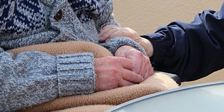 PLEDD OG VARME KLÆR: Pleietrengende i Motala kommune må belage seg på lave temperaturer, da kommunen må spare inn på grunn av kostnaden for masseinnvandringen de siste årene. (Foto: Pixabay).
