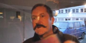 Den sinte mannen i Oslo begynte å filme med en rosa mobiltelefon. FOTO: Privat.