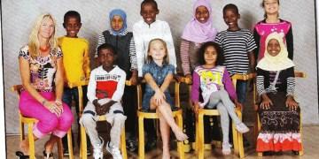 NASJONALT SELVMORD: Vårt naboland Sverige går foran i å vise hvordan man kan avvikle en helt nasjon på få tiår. Med dette følger massiv arbeidsledighet, kriminalitet og økonomisk uro. (Foto: Ukjent klassebilde i Sverige).