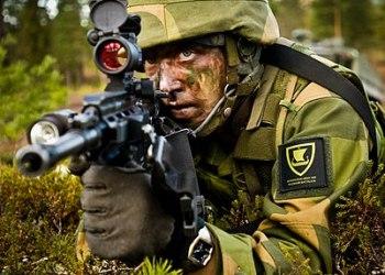 En soldat fra Telemark Bataljon i øvingsfeltet ved Rena Leir (Foto: Forsvarets mediesenter / Erik Drabløs CC BY-SA 3.0)