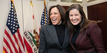 BORGERMESTER LIBBY SCHAAF GIR KUN IKKE-HVITE INNBYGGERE I SIN BY PENGESTØTTE. HER MED VISEPRESIDENT KAMALA HARRIS. (Foto: The United States Senate - Office of Senator Kamala Harris / Wikimedia Commons)).