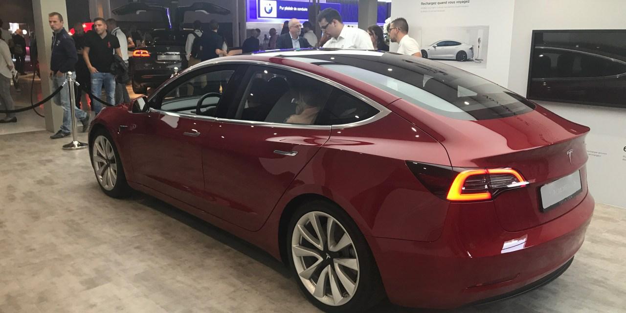 De Tesla Model 3 schittert op de Parijs motorshow