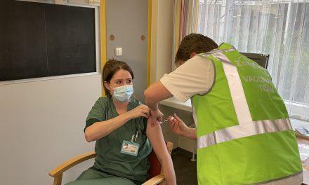 Zij is de eerste die in Zeeland is ingeënt. 'Ik zag het als het kiezen tussen twee kwaden: het virus of het vaccin'