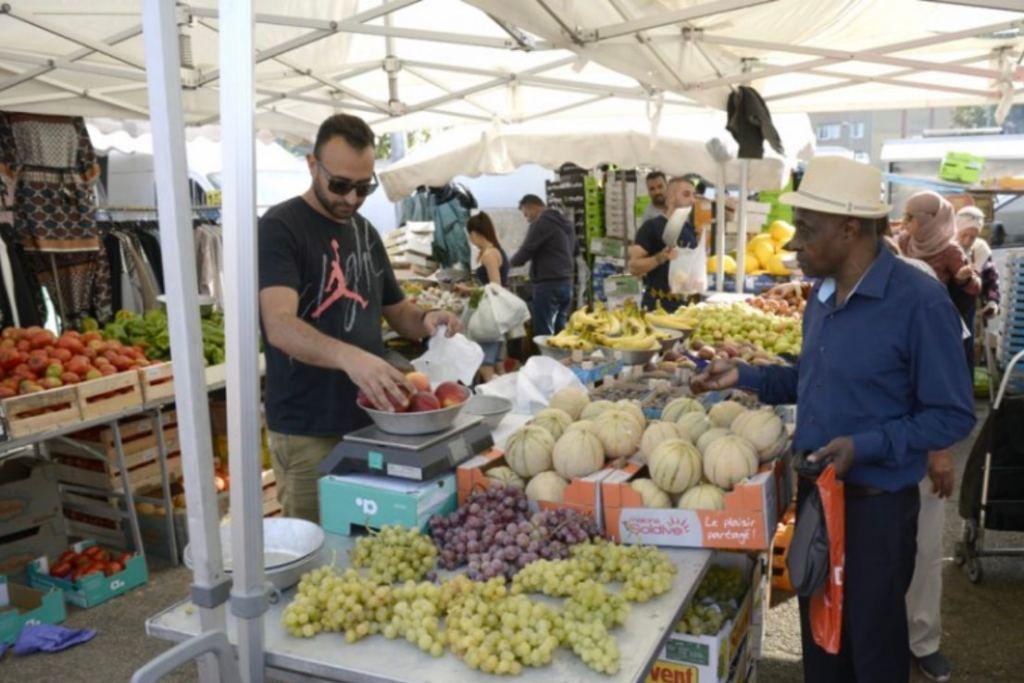 marchés interdits à Vénissieux, un producteur va livrer des cagettes garnies