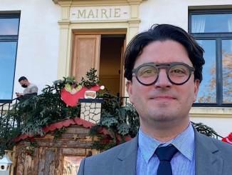 Olivier Araujo devant sa mairie