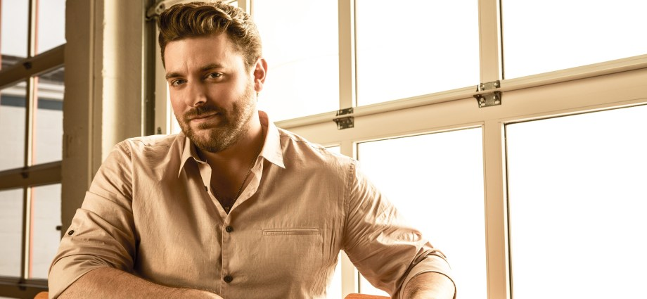 chris young releases track listing for it must be christmas