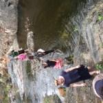 Bachdurchquerung auf der Reise zum Wasserfall