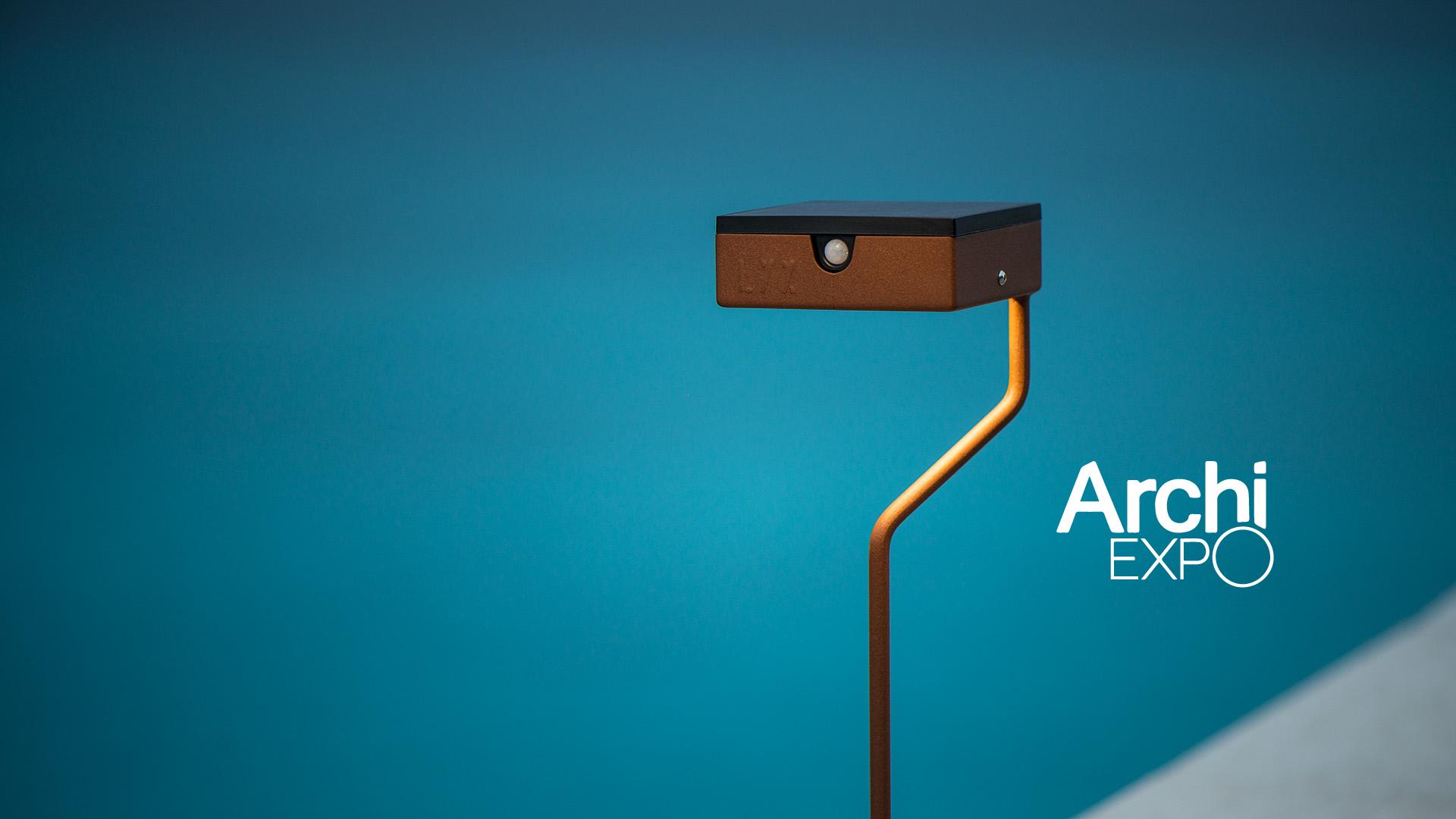 Borne solaire pour éclairage extérieur, en acier inoxydable, rouille Corten ou gris anthracite. Cette borne solaire d'extérieur permet un éclairage performant et un éclairage puissant. La lampe solaire extérieure TEE est une lampe autonome s'adaptant à tout type d'environnement. Cette borne solaire extérieure au design moderne et original est équipée d'un détecteur de présence. Comme toutes les luminaires extérieurs LYX Luminaires, la borne solaire TEE est de conception et de fabrication française.