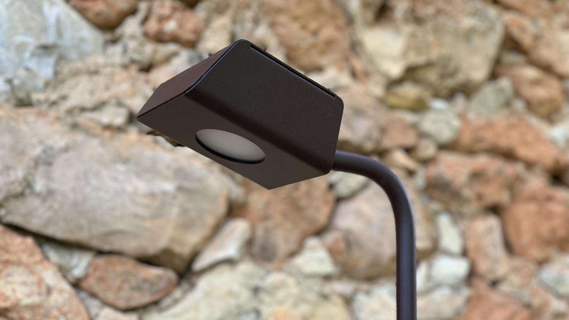 La borne extérieure KOKON LYX Luminaires fabriquée en acier inoxydable rouille Corten ou gris anthracite est équipée d'une source LED basse consommation performante. Cette borne extérieure LED fait partie avec les bornes extérieures solaires LYX Luminaires de la vaste collection de balises extérieures LYX Luminaires. La borne extérieure KOKON est idéale pour l'éclairage d'allée, l'éclairage de jardins, le balisage de chemins. Cette lampe d'extérieur design offre un condensé de lumière pour un éclairage moderne. / Lampe extérieure jardin pour un éclairage extérieur design. Version lampe solaire jardin ou lampe jardin LED. Cette lampe de jardin ou lampe terrasse est une lampe de jardin avec détecteur. Fabriquée en acier, la lampe jardin détecteur permet un éclairage solaire ou un éclairage LED puissant selon le modèle choisi. Découvrez la collection de luminaires extérieurs constituée de lampes solaires et lampes LED. Vaste collection d'appliques extérieures / appliques murales : applique murale extérieure solaire, applique murale LED, applique extérieure design. Les appliques extérieures murales sont de fabrication française. Lampe solaire idéale pour l'éclairage de terrasses, de jardin. Lampe solaire terrasse, lampe extérieure terrasse permettant un éclairage performant. La lampe extérieure est équipée d'un détecteur de présence. Le luminaire extérieur doté d'un détecteur de mouvement, éclaire au passage d'une personne d'une voiture. Lampe extérieure détecteur puissante et efficace, au design épuré et moderne.