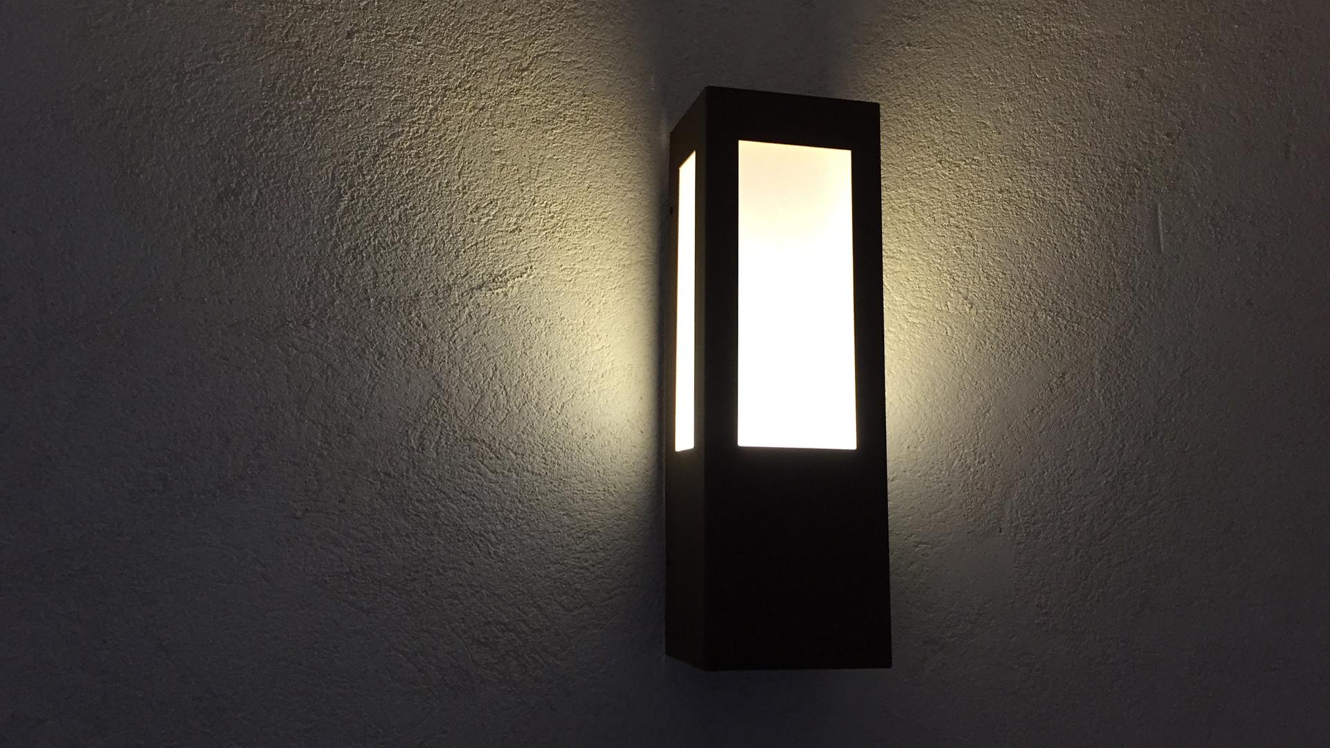 La lampe murale extérieure AP 011, applique murale design LYX Luminaires fabriquée en acier rouille Corten ou gris anthracite est équipée d'une source LED basse consommation performante. Cette applique murale puissante fait partie avec les appliques murales solaires LYX Luminaires de la vaste collection de lampes murales extérieures LYX Luminaires. L' applique extérieure murale AP 011 est idéale pour l'éclairage de pilier, l'éclairage de portail, l'éclairage d'entrée, l'éclairage de terrasses, l'éclairage de balcons. Une lampe murale design pour un éclairage moderne. / Lampe extérieure jardin pour un éclairage extérieur design. Version lampe solaire jardin ou lampe jardin LED. Cette lampe de jardin ou lampe terrasse est une lampe de jardin avec détecteur. Fabriquée en acier, la lampe jardin détecteur permet un éclairage solaire ou un éclairage LED puissant selon le modèle choisi. Découvrez la collection de luminaires extérieurs constituée de lampes solaires et lampes LED. Vaste collection d'appliques extérieures / appliques murales : applique murale extérieure solaire, applique murale LED, applique extérieure design. Les appliques extérieures murales sont de fabrication française. Lampe solaire idéale pour l'éclairage de terrasses, de jardin. Lampe solaire terrasse, lampe extérieure terrasse permettant un éclairage performant. La lampe extérieure est équipée d'un détecteur de présence. Le luminaire extérieur doté d'un détecteur de mouvement, éclaire au passage d'une personne d'une voiture. Lampe extérieure détecteur puissante et efficace, au design épuré et moderne. Cette applique extérieure fait partie de la vaste collection d'appliques murales extérieures composée d'appliques murales LED et appliques murales solaires. Lampe murale LED fabriquée en acier comme toutes nos lampes murales (lampe murale LED et lampe solaire murale). Cette lampe murale extérieure diffuse un éclairage puissant. C'est une applique murale design équipée d'un détecteur de présence / lampe d