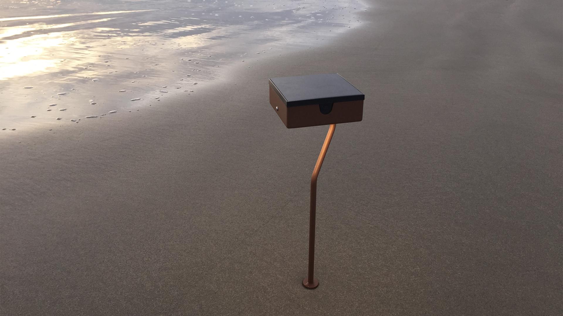 La borne solaire TEE est une borne solaire extérieure éditée par LYX Luminaires fabriquée en acier inoxydable. Cette borne solaire permet un éclairage performant et un éclairage puissant. Le luminaire extérieur solaire TEE dispose d'un capteur solaire performant. TEE est une lampe autonome solaire idéale pour l'éclairage d'entrée, l'éclairage de terrasses, l'éclairage de jardins. La lampe d'extérieur solaire TEE est également équipée d'un détecteur de mouvement / détecteur de présence. Les lampes extérieures solaires LYX Luminaires offrent un éclairage design un éclairage original et un éclairage moderne. / Lampe extérieure jardin pour un éclairage extérieur design. Version lampe solaire jardin ou lampe jardin LED. Cette lampe de jardin ou lampe terrasse est une lampe de jardin avec détecteur. Fabriquée en acier, la lampe jardin détecteur permet un éclairage solaire ou un éclairage LED puissant selon le modèle choisi. Découvrez la collection de luminaires extérieurs constituée de lampes solaires et lampes LED. Vaste collection d'appliques extérieures / appliques murales : applique murale extérieure solaire, applique murale LED, applique extérieure design. Les appliques extérieures murales sont de fabrication française. Lampe solaire idéale pour l'éclairage de terrasses, de jardin. Lampe solaire terrasse, lampe extérieure terrasse permettant un éclairage performant. La lampe extérieure est équipée d'un détecteur de présence. Le luminaire extérieur doté d'un détecteur de mouvement, éclaire au passage d'une personne d'une voiture. Lampe extérieure détecteur puissante et efficace, au design épuré et moderne.