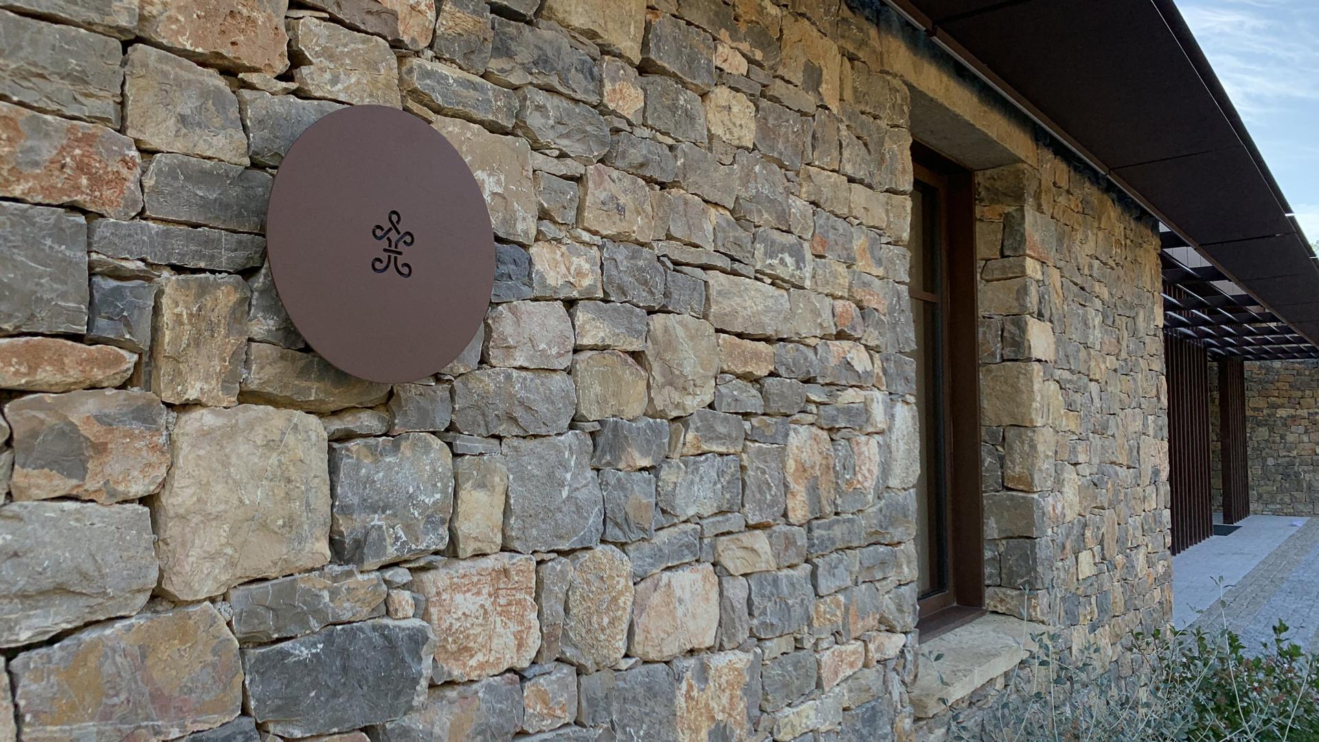 L' applique extérieure LED personnalisée et fabriquée sur mesure pour le Château de la Martinette est en acier. Il s'agit d'une personnalisation d' applique murale extérieure LYX Luminaires. Cette applique extérieure puissante est équipée d'une source LED basse consommation performante. Cette lampe extérieure murale LED fait partie avec les appliques solaires murales LYX Luminaires de la vaste collection de lampes murales extérieures LYX Luminaires. L' applique extérieure design sur mesure pour La Martinette est idéale pour l'éclairage de pilier, l'éclairage de portail, l'éclairage de façade, l'éclairage mural, l'éclairage d'allées, l'éclairage de murets. Une applique murale design pour un éclairage original et un éclairage performant.