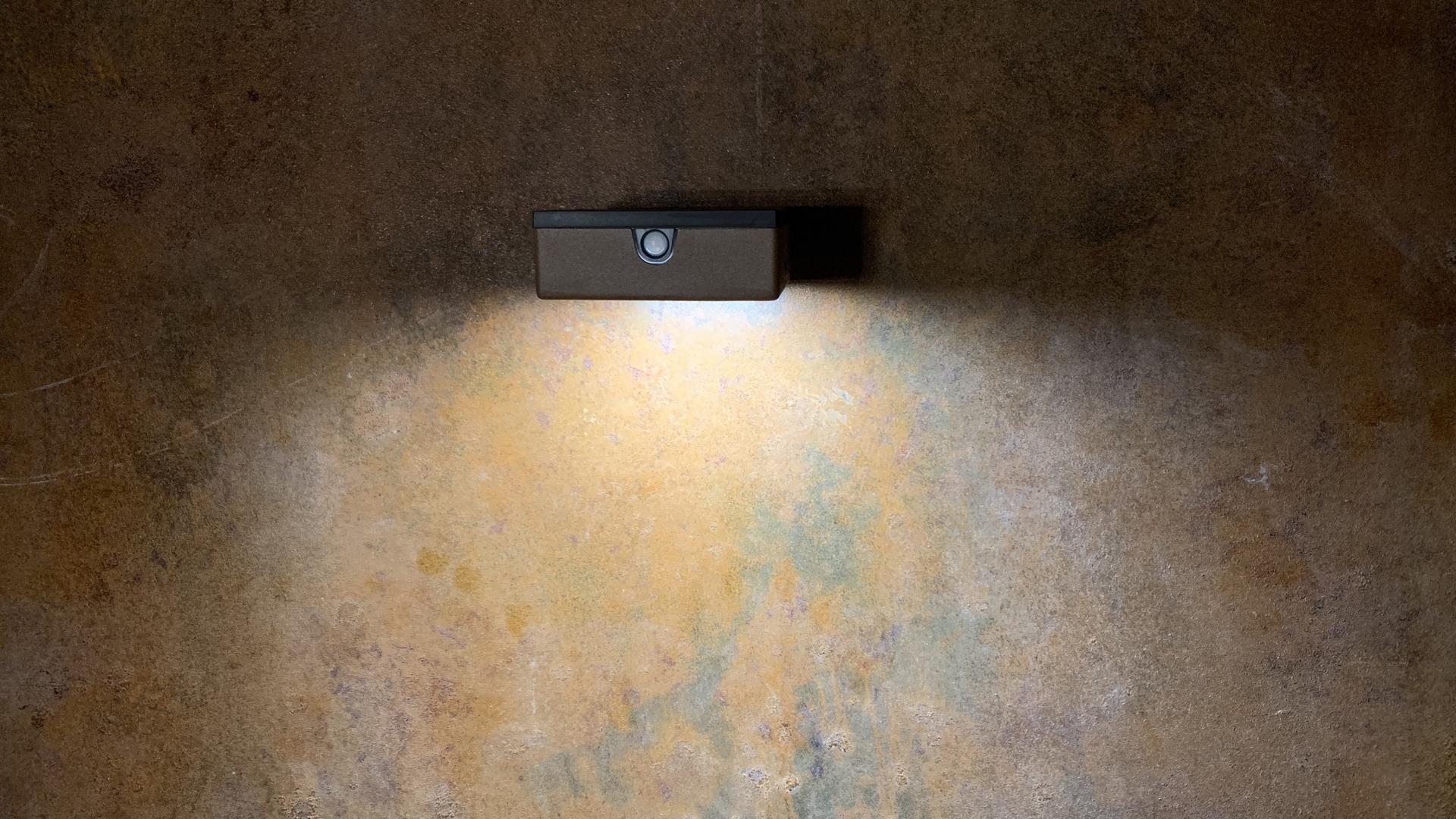 Cette applique murale solaire d'extérieur LYX Luminaires est fabriquée en acier, disponible en acier rouille Corten ou gris anthracite. L'applique extérieure murale APS 010 est une lampe autonome, applique murale équipée d'un capteur solaire performant. Nos appliques murales design sont idéales pour l'éclairage de piliers, l'éclairage de portail, l'éclairage de façade, l'éclairage d'entrée, l'éclairage de terrasses, l'éclairage de balcons. Luminaire solaire extérieur design pour un éclairage de qualité. / Lampe extérieure jardin pour un éclairage extérieur design. Version lampe solaire jardin ou lampe jardin LED. Cette lampe de jardin ou lampe terrasse est une lampe de jardin avec détecteur. Fabriquée en acier, la lampe jardin détecteur permet un éclairage solaire ou un éclairage LED puissant selon le modèle choisi. Découvrez la collection de luminaires extérieurs constituée de lampes solaires et lampes LED. Vaste collection d'appliques extérieures / appliques murales : applique murale extérieure solaire, applique murale LED, applique extérieure design. Les appliques extérieures murales sont de fabrication française. Lampe solaire idéale pour l'éclairage de terrasses, de jardin. Lampe solaire terrasse, lampe extérieure terrasse permettant un éclairage performant. La lampe extérieure est équipée d'un détecteur de présence. Le luminaire extérieur doté d'un détecteur de mouvement, éclaire au passage d'une personne d'une voiture. Lampe extérieure détecteur puissante et efficace, au design épuré et moderne. / Cette applique extérieure fait partie de la vaste collection d'appliques murales extérieures composée d'appliques murales LED et appliques murales solaires. Lampe murale LED fabriquée en acier comme toutes nos lampes murales (lampe murale LED et lampe solaire murale). Cette lampe murale extérieure diffuse un éclairage puissant. C'est une applique murale design équipée d'un détecteur de présence / lampe détecteur pour jardin, terrasses, allées. Nos appliques extérieu