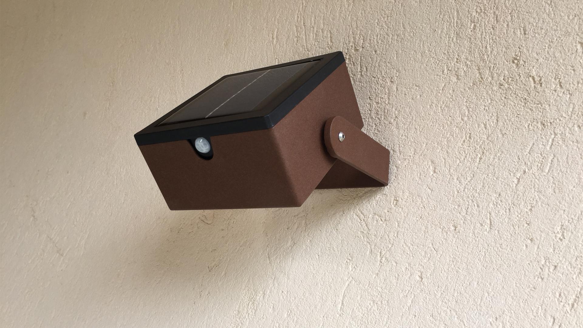 La lampe murale extérieure LYXY est fabriquée en acier inoxydable rouille Corten. Cette applique murale extérieure est solaire. Cette applique solaire fait partie avec les appliques murales LED basse consommation LYX Luminaires de la vaste collection de lampes murales extérieures LYX Luminaires. L'applique murale design LYXY est idéale pour l'éclairage de piliers, l'éclairage de portail, l'éclairage de façade, l'éclairage d'entrée, l'éclairage de terrasses, l'éclairage de balcons. Cette applique murale solaire design se décline en lanterne solaire ou suspendue.