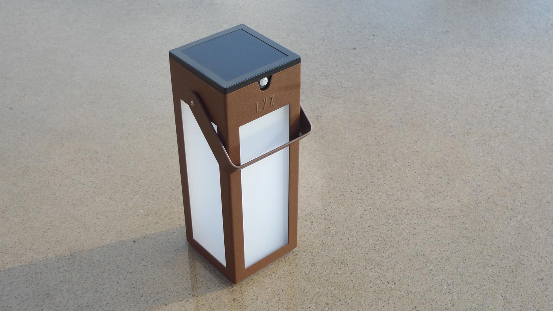La lampe extérieure solaire BNS 021 est une borne d'éclairage extérieure solaire éditée par LYX Luminaires fabriquée en acier inoxydable.La lampe extérieure solaire BNS 021 permet un éclairage performant et un éclairage puissant. Cette borne d'éclairage design dispose d'un capteur solaire performant. La borne extérieure solaire BNS 021 est une lampe autonome solaire idéale pour l'éclairage d'entrée, l'éclairage de terrasses, l'éclairage de jardins. La lampe solaire extérieure BNS 021 est équipée d'un détecteur de mouvement / détecteur de présence. Cette lampe de jardin, lampe de terrasse s'adaptant à tout type d'environnement architectural est idéale pour éclairer votre extérieur. Les luminaires solaires extérieurs LYX Luminaires offrent un éclairage design un éclairage original et un éclairage moderne. / Lampe extérieure jardin pour un éclairage extérieur design. Version lampe solaire jardin ou lampe jardin LED. Cette lampe de jardin ou lampe terrasse est une lampe de jardin avec détecteur. Fabriquée en acier, la lampe jardin détecteur permet un éclairage solaire ou un éclairage LED puissant selon le modèle choisi. Découvrez la collection de luminaires extérieurs constituée de lampes solaires et lampes LED. Vaste collection d'appliques extérieures / appliques murales : applique murale extérieure solaire, applique murale LED, applique extérieure design. Les appliques extérieures murales sont de fabrication française. Lampe solaire idéale pour l'éclairage de terrasses, de jardin. Lampe solaire terrasse, lampe extérieure terrasse permettant un éclairage performant. La lampe extérieure est équipée d'un détecteur de présence. Le luminaire extérieur doté d'un détecteur de mouvement, éclaire au passage d'une personne d'une voiture. Lampe extérieure détecteur puissante et efficace, au design épuré et moderne.
