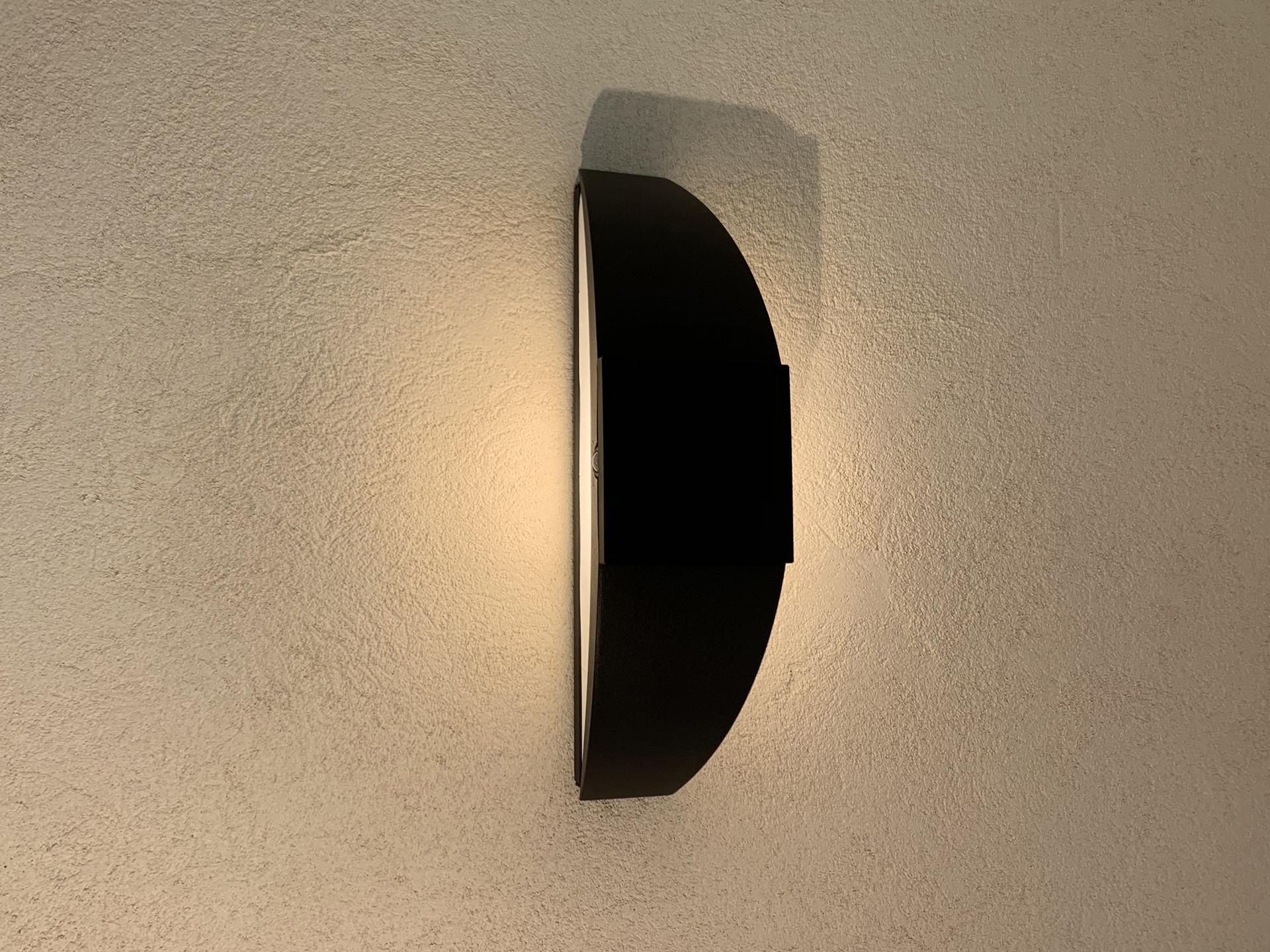 L'applique extérieur solaire Trait de Lune est une lampe extérieur murale solaire éditée par LYX Luminaires fabriquée en acier. Cette applique extérieur puissante permet un éclairage performant et un éclairage unique grâce à son design original. L'applique solaire murale Trait de Lune dispose d'un capteur solaire performant. L'applique extérieur design Trait de Lune est idéale pour l'éclairage de façade, l'éclairage mural, l'éclairage d'entrée, l'éclairage de terrasse, l'éclairage de balcon. Les lampes d'extérieur solaires murales LYX Luminaires offrent un éclairage design un éclairage original et un éclairage moderne. La lampe d'extérieur murale solaire Trait de Lune est déclinée en borne d'extérieur LED, en spot LED, en applique murale LED et en borne extérieure solaire. Les lampes extérieures murales LYX Luminaires offrent un éclairage moderne. / The Trait de Lune solar outdoor wall lamp is a solar wall lamp edited by LYX Luminaires made of steel. This powerful outdoor wall light provides high performance and unique lighting thanks to its original design. The Trait de Lune solar wall lamp has a high-performance solar collector. The Trait de Lune design outdoor wall light is ideal for facade lighting, wall lighting, entrance lighting, terrace lighting, balcony lighting. LYX Luminaires solar wall outdoor wall lights offer design lighting, original lighting and modern lighting. The Trait de Lune solar outdoor wall lamp is available as LED outdoor pathway light, LED spotlight, LED wall light and solar outdoor pathway light. LYX Luminaires outdoor wall lights offer modern lighting.