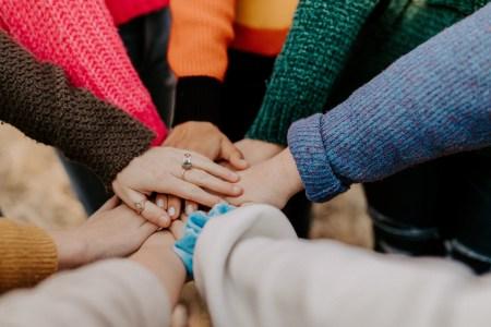 Community_aufeinanderliegende Hände_Bild von Hannah Busing