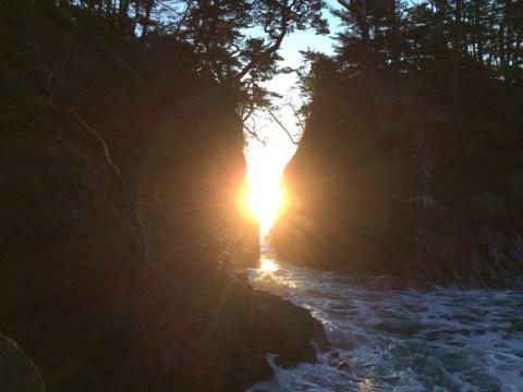 10月下旬  景勝地「神割崎」から見える日の出