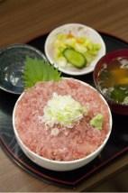定番のまぐろ丼は岩田さんのサービス精神が満載。
