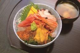 さんさん商店街ではキラキラ丼の他、新鮮な海鮮丼などが味わえる