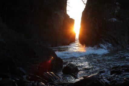 年に2回、二つに割れた岩の間からの日の出を見るために多くの人が訪れる