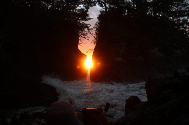 【期間限定】2月中旬「神割崎」の岩間からの日の出